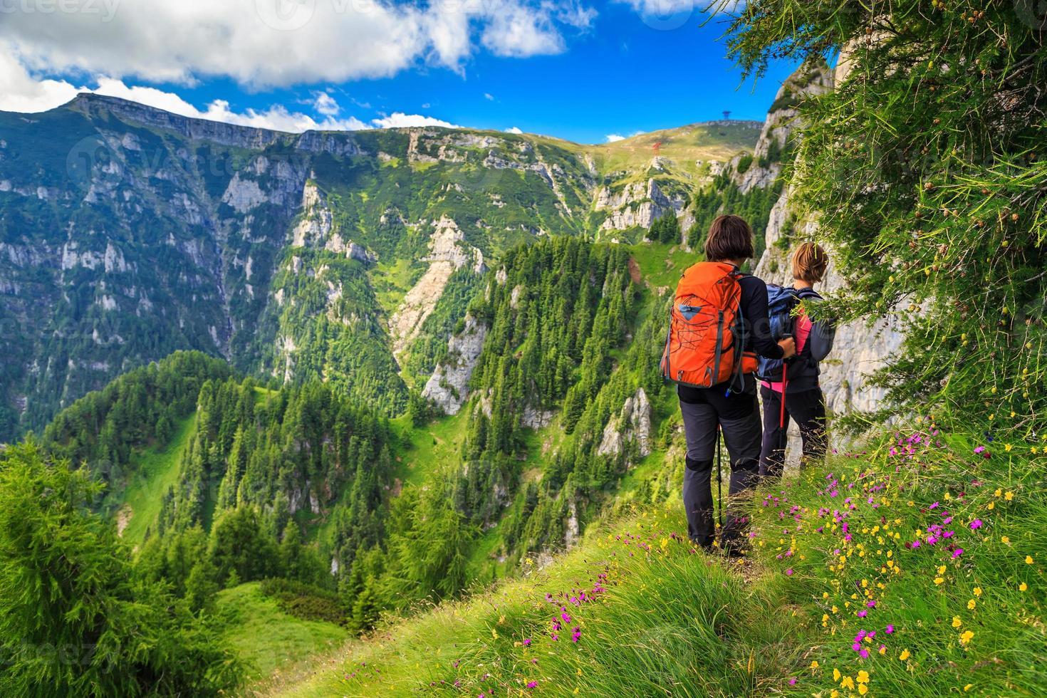 wandelaars van de jonge vrouw wandelen in de bergen, bucegi, karpaten, transsylvanië, roemenië foto