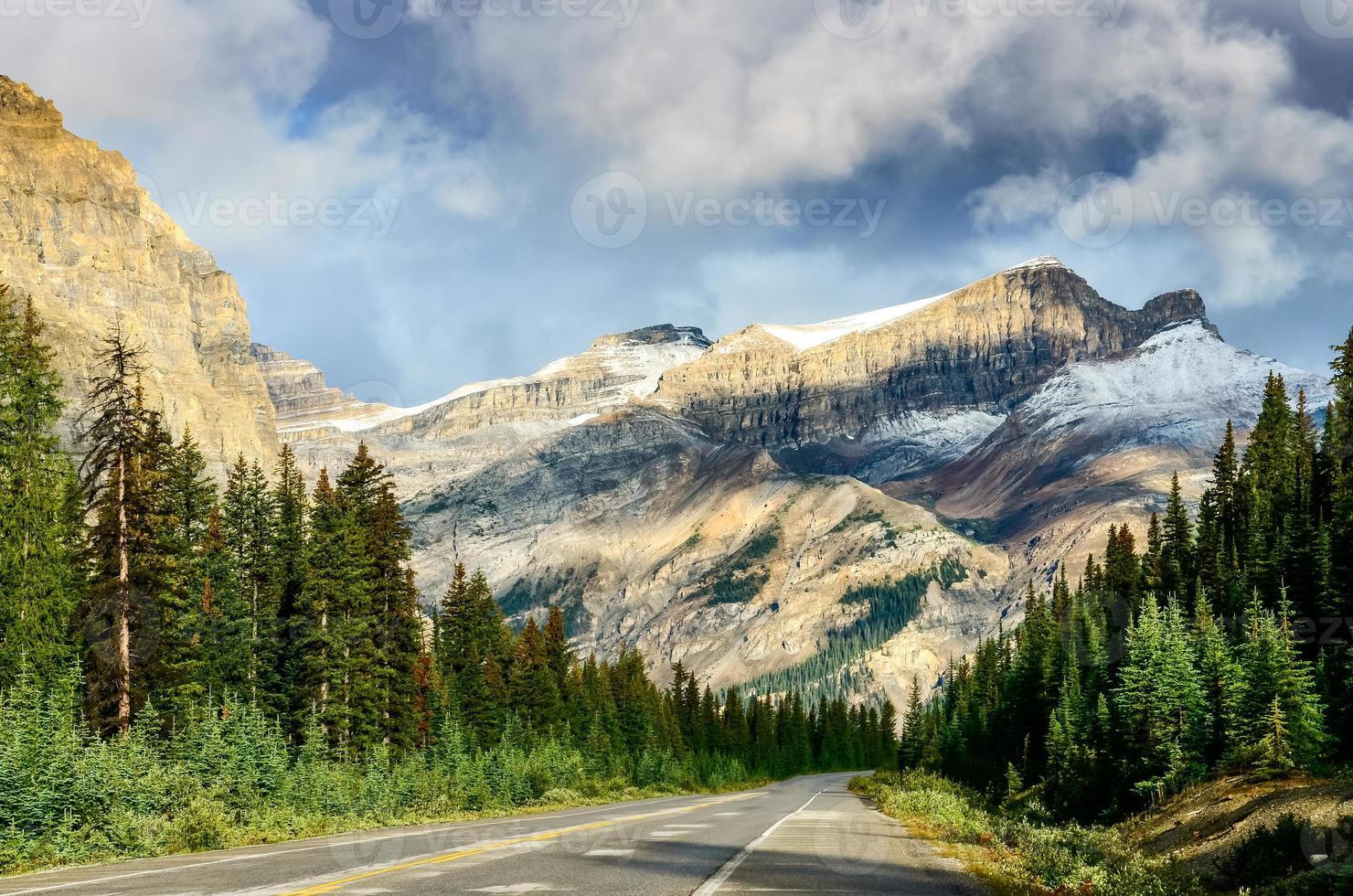schilderachtig uitzicht op de weg op icefields parkway, canadese rockies foto