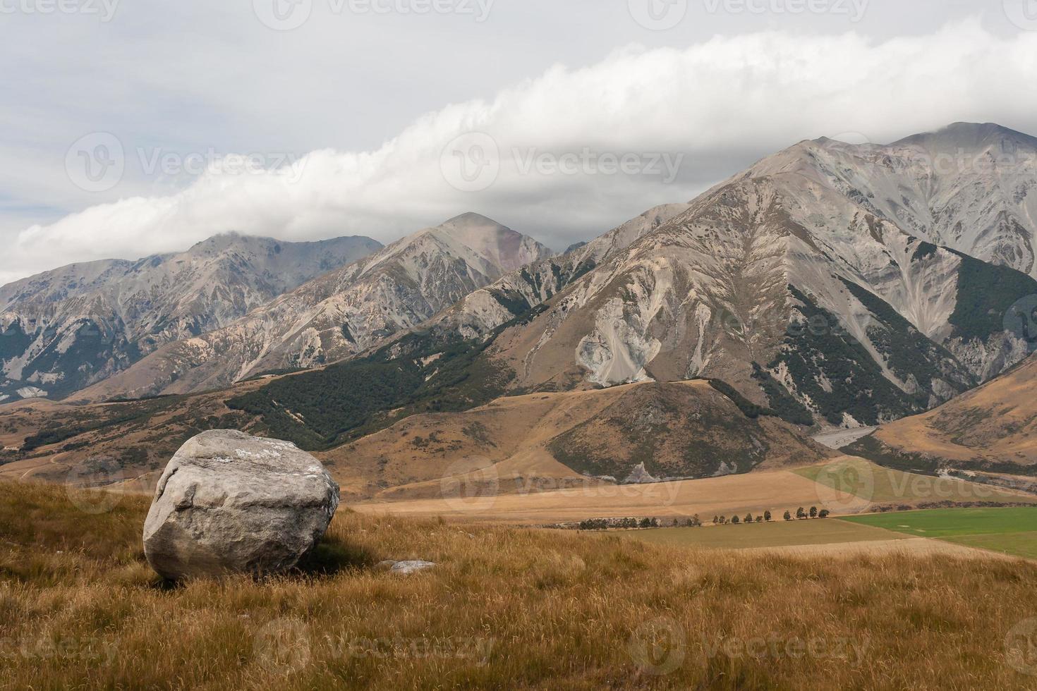 kasteelheuvel in zuidelijke alpen, nieuw-zeeland foto