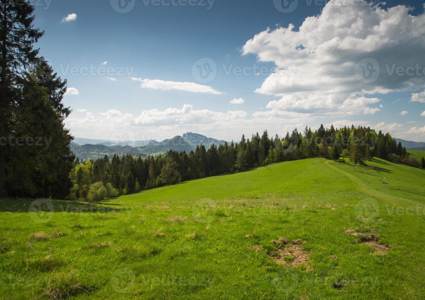 schilderachtige landschap heuvels en bergen en blauwe bewolkte hemel foto