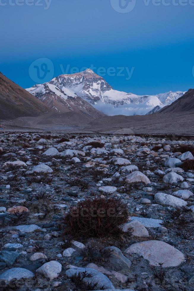 de noordkant van de Mount Everest in de schemering foto