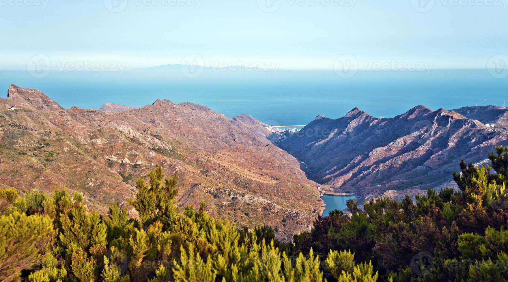 uitzicht op de tahodio-vallei vanaf het Anaga-massief in Tenerife foto