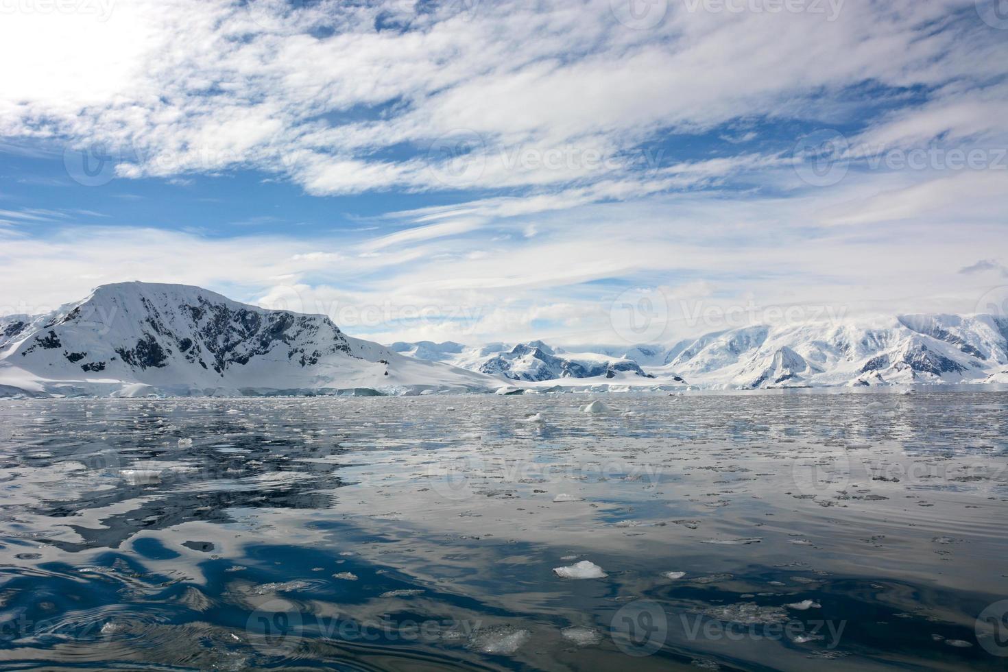 de besneeuwde berg op antarctica foto