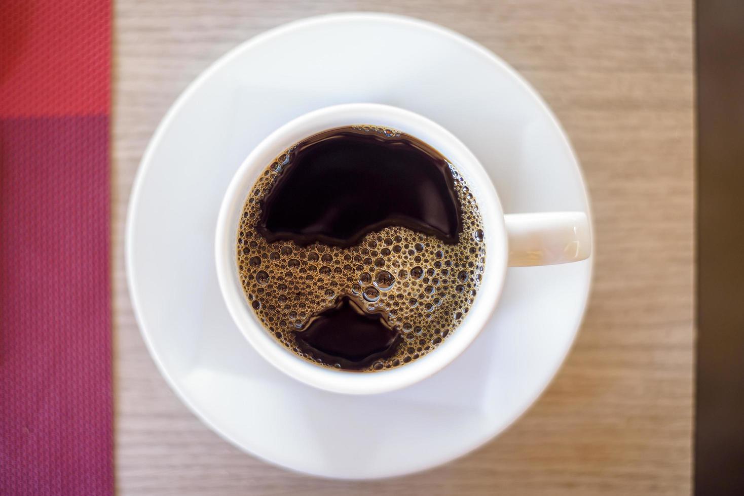 bovenaanzicht van kop hete zwarte koffie foto