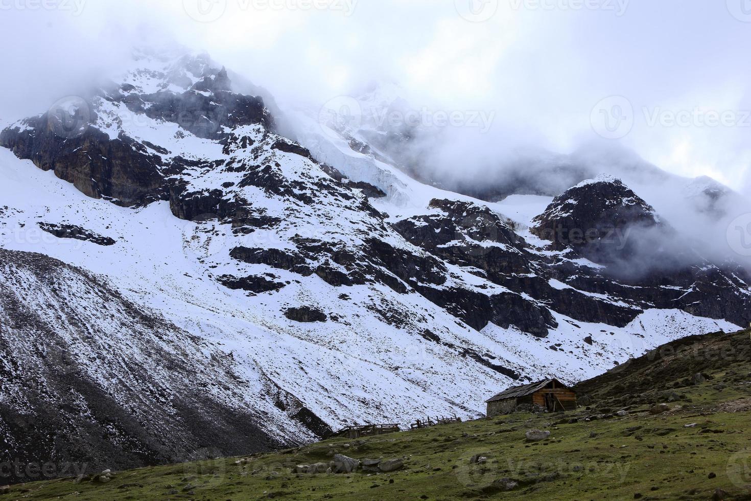 besneeuwde berg in mist-himalaya gebergte, sikkim, india foto