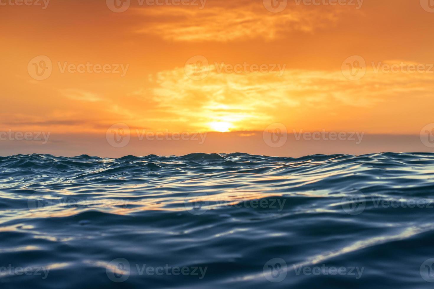 zonsopgang en glanzende golven in de oceaan foto