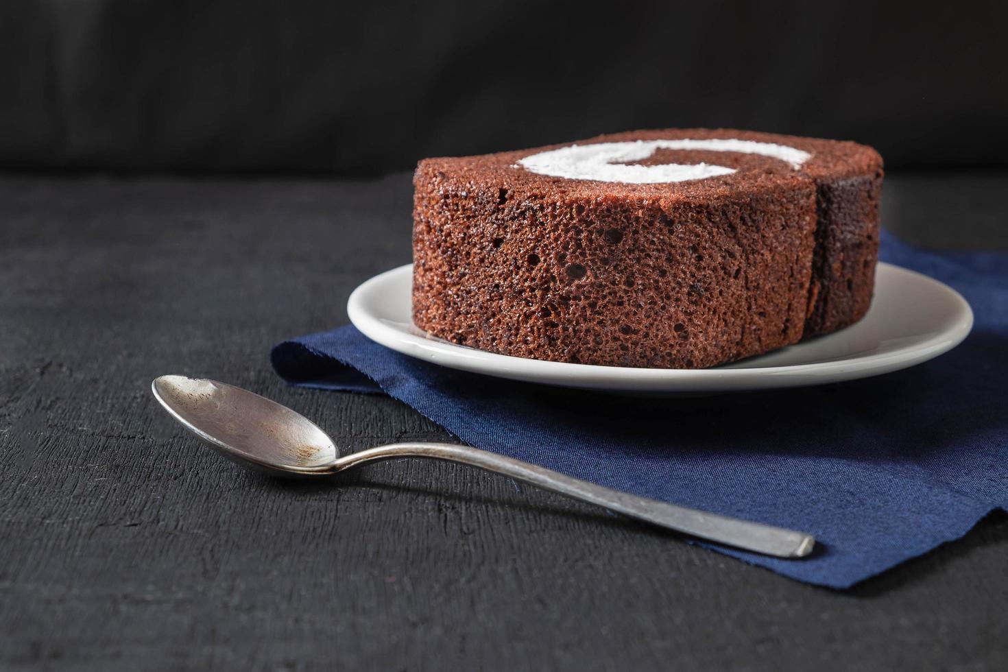 chocoladetaart op tafel foto