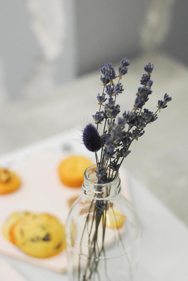 klein lavendelboeket in potje foto