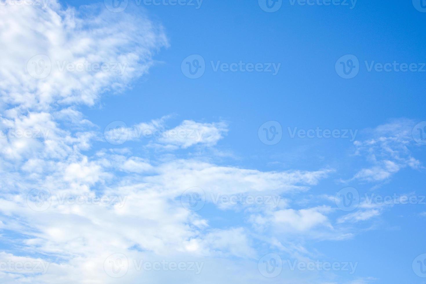 blauwe lucht en de wolken achtergrond foto