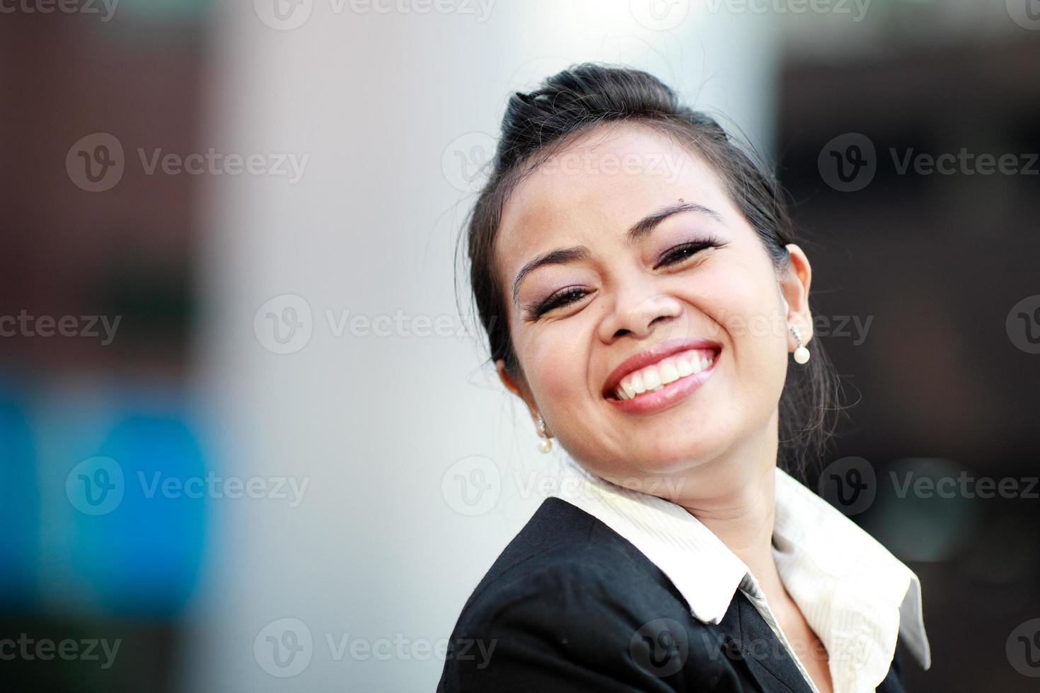 jonge vrouw die lacht foto