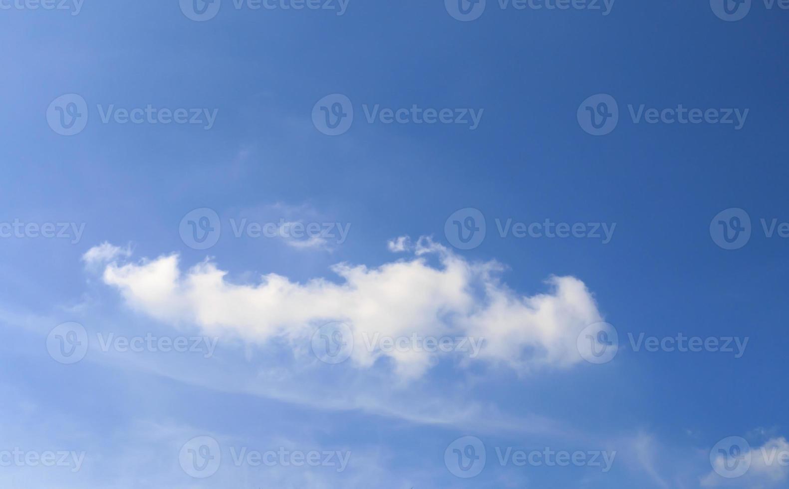 blauwe lucht. hemel achtergrond foto
