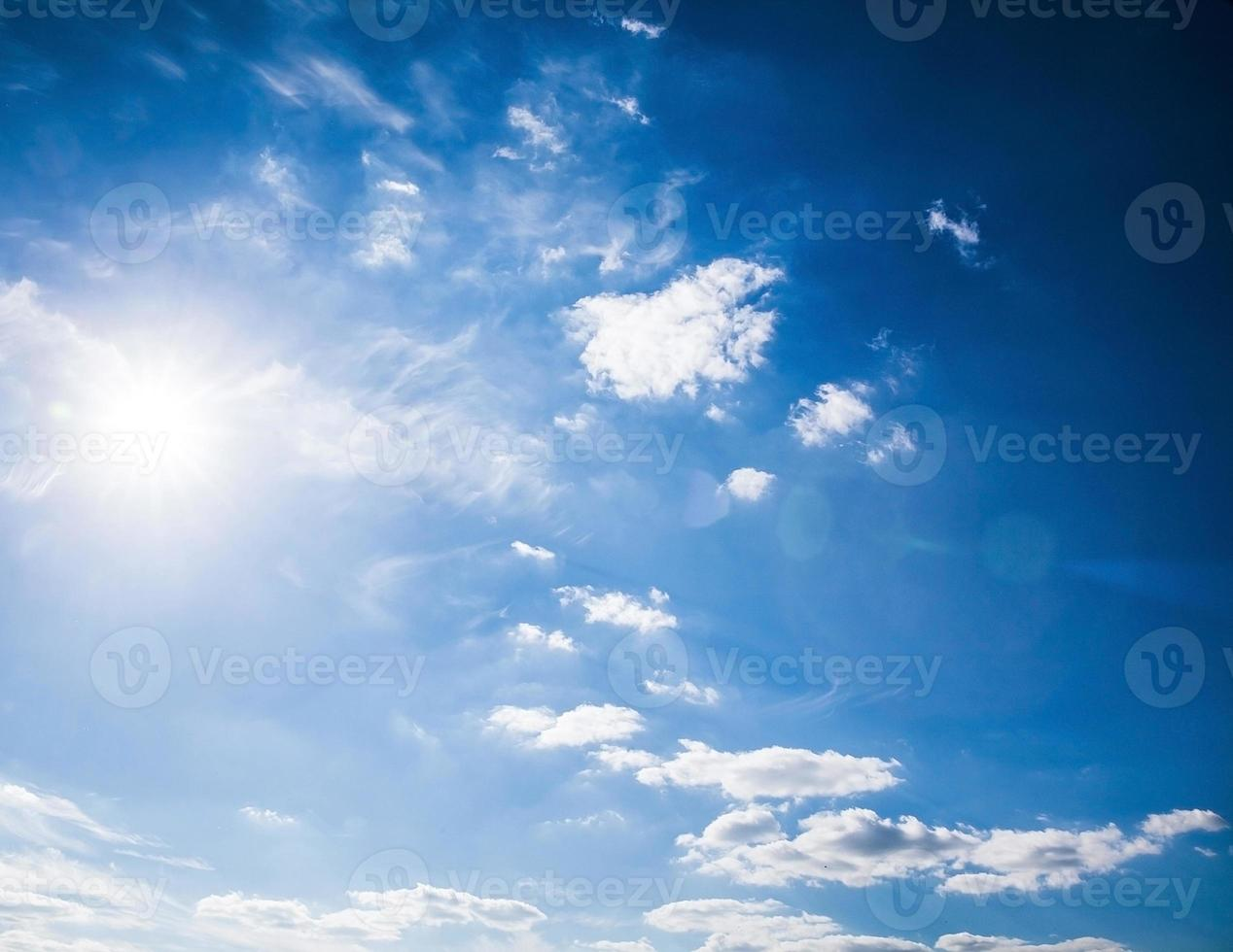blauwe lucht. foto