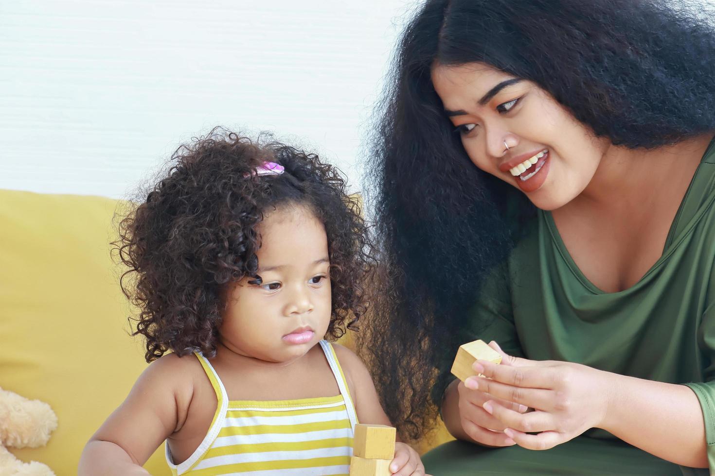moeder en dochter spelen met blokken foto