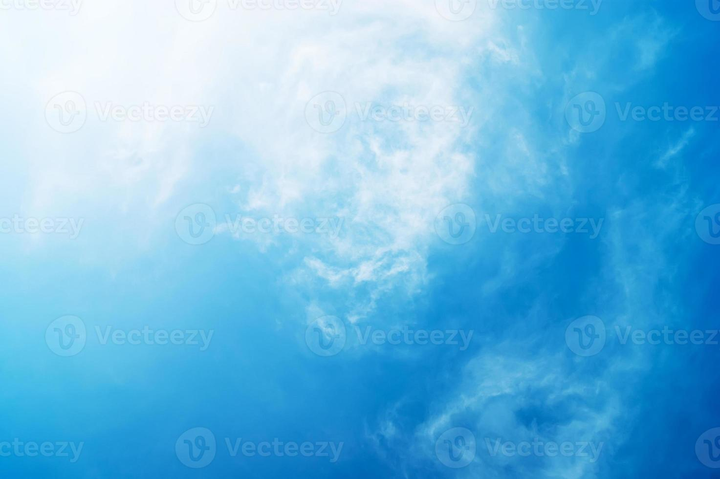 blauwe lucht met wolken foto