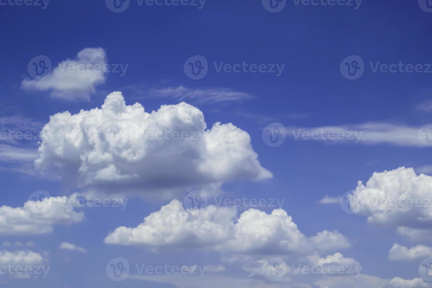 mooie blauwe lucht foto