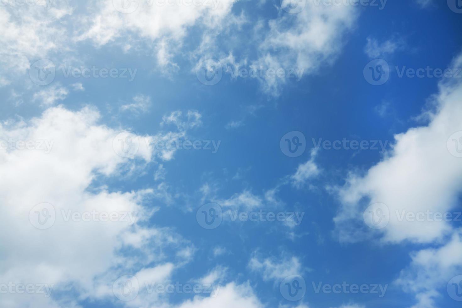 blauwe hemel met verspreide wolken foto