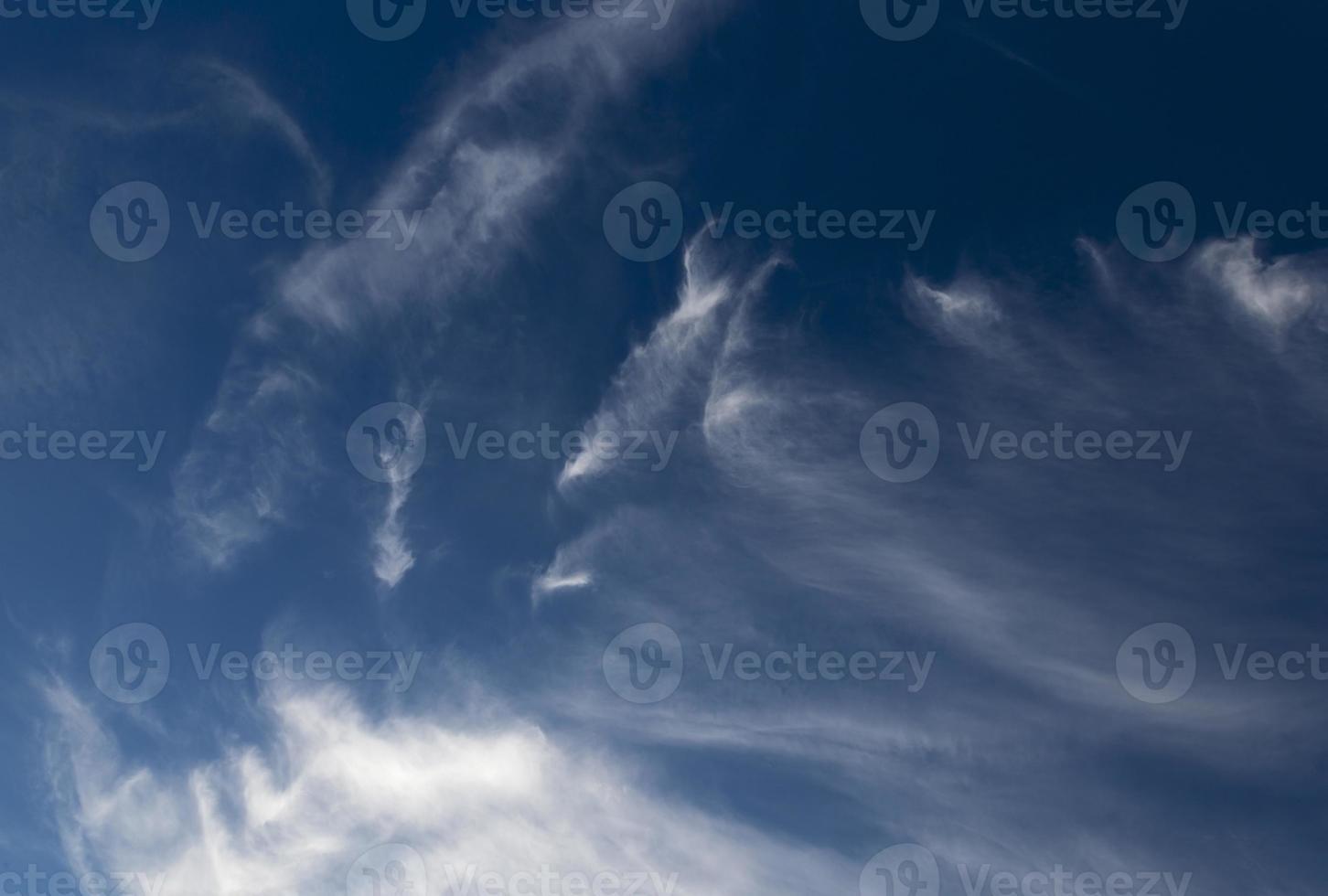blauwe lucht die bewolking foto