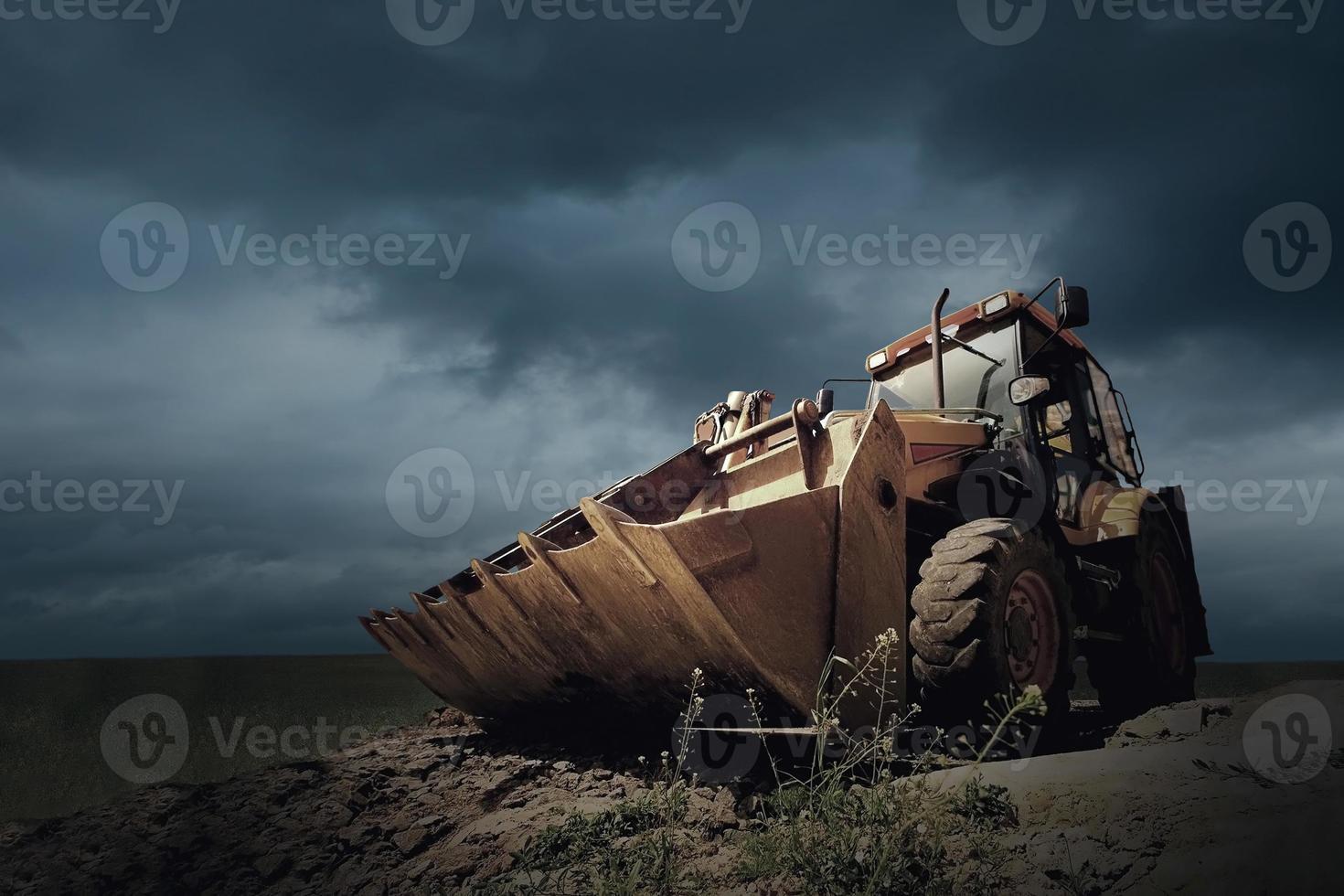 gele tractor op hemelachtergrond foto
