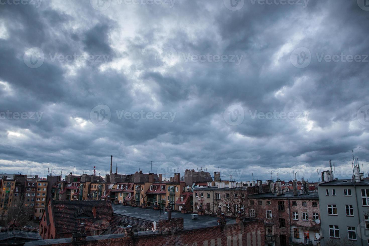 donkere lucht boven de stad foto