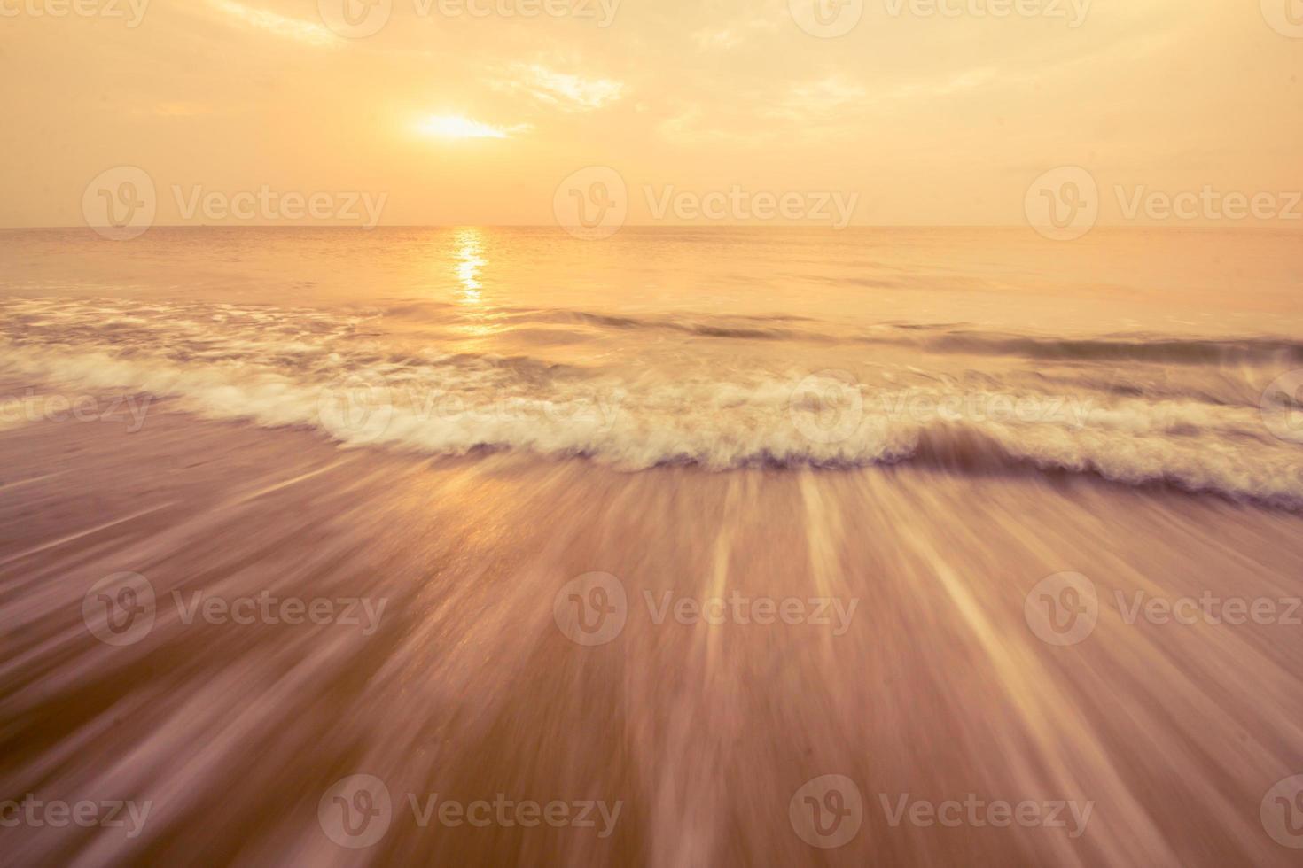 zee golf en lucht oranje foto