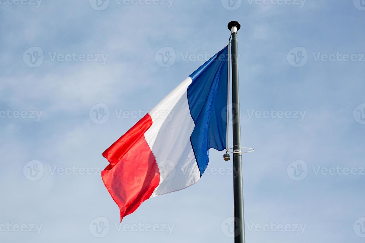 Franse vlag onder blauwe hemel foto