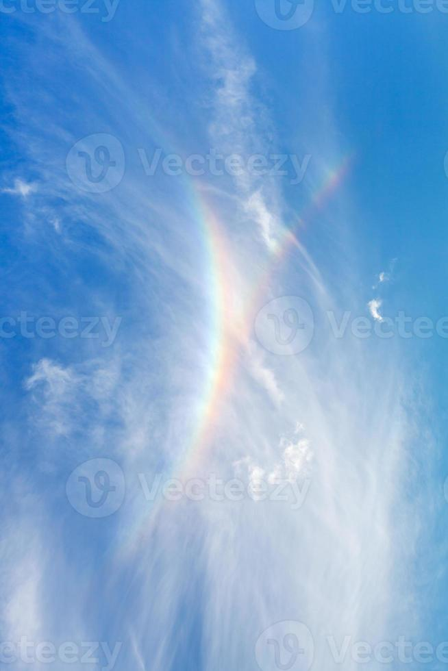regenboog in blauwe zomerhemel foto