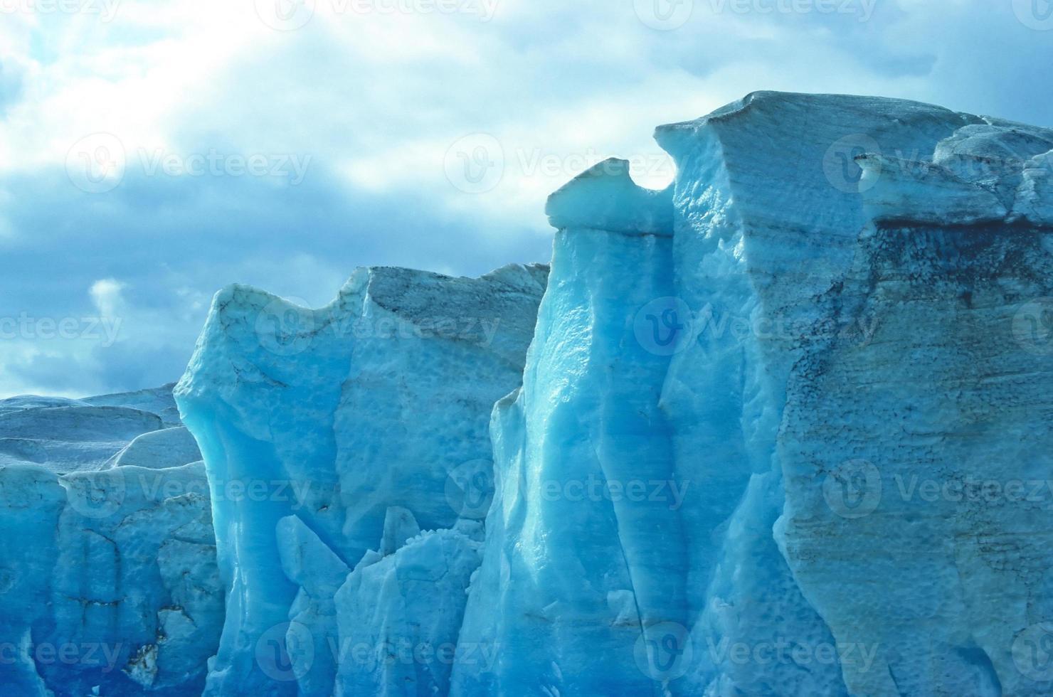 blauw ijs tegen de lucht foto