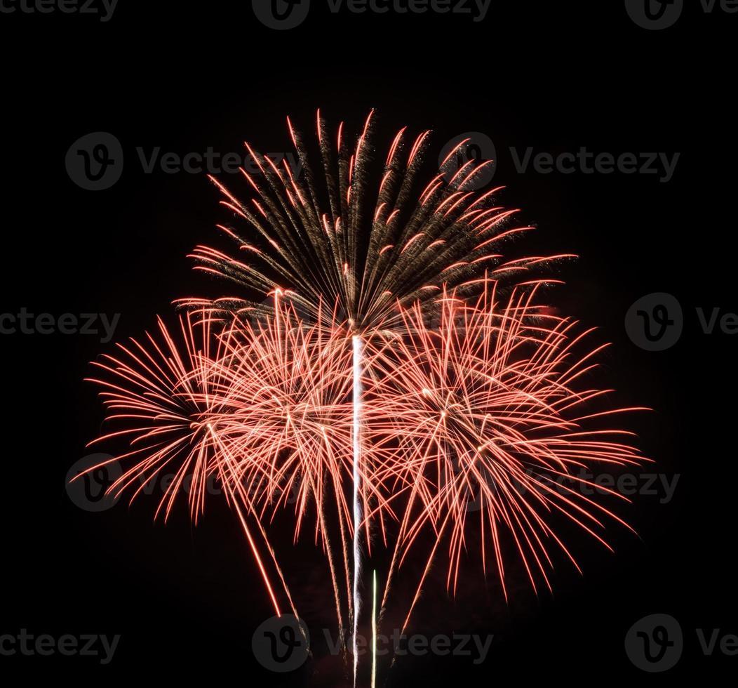 rood vuurwerk in de zwarte lucht foto