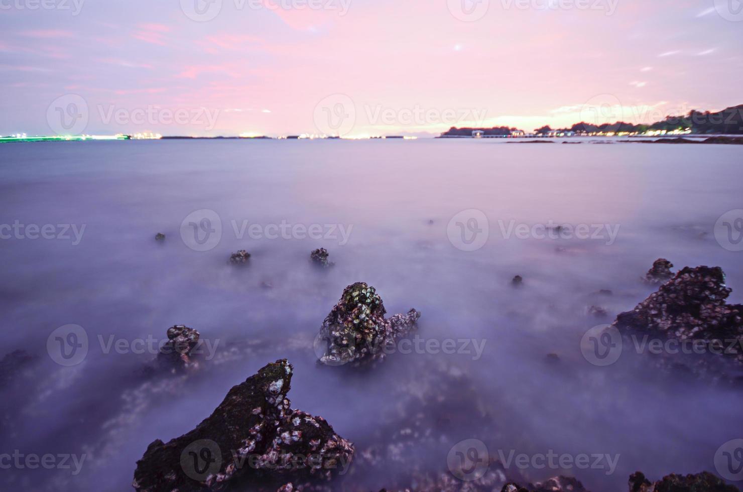 zonsopganghemel bij strand als achtergrond foto