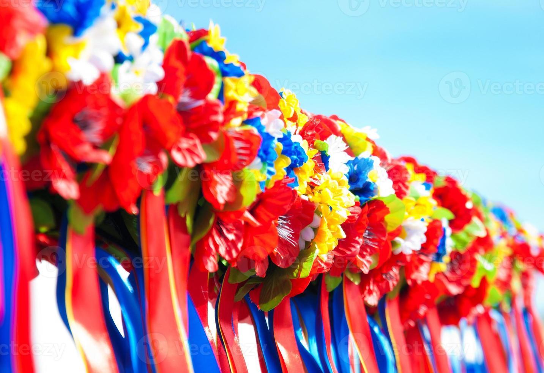 kleurrijke kransen op blauwe hemelachtergrond foto