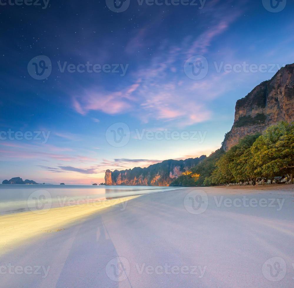 mooi strand met kleurrijke hemel, thailand foto