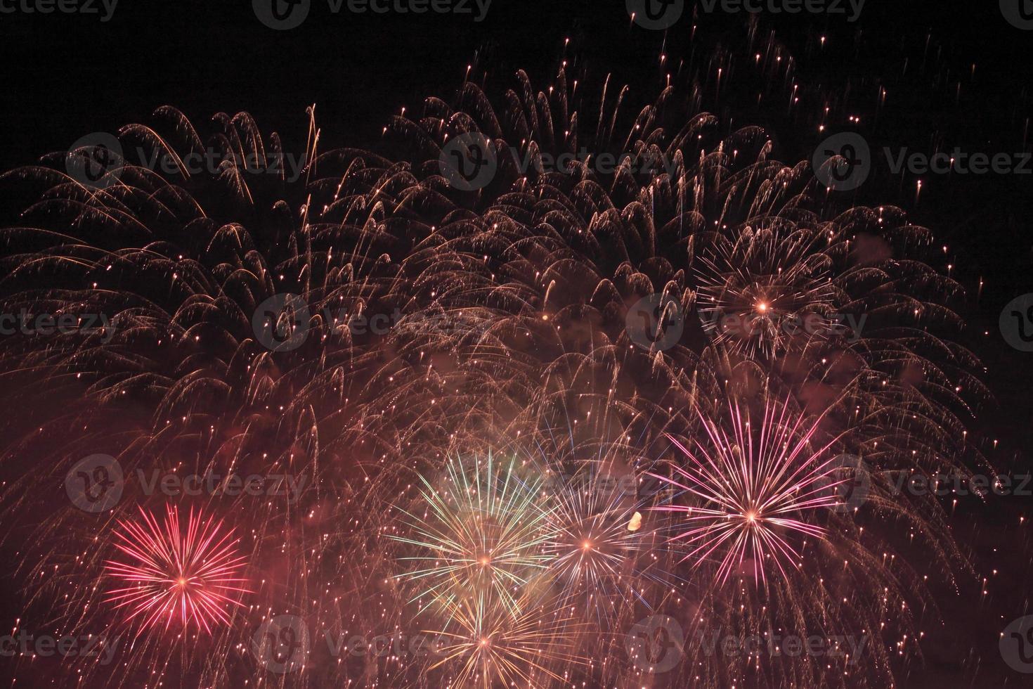 Japanse traditionele vuurwerk in de nachtelijke hemel foto