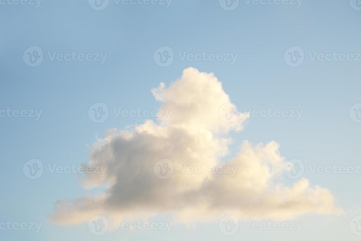 enkele witte stapelwolk tegen blauwe hemel foto