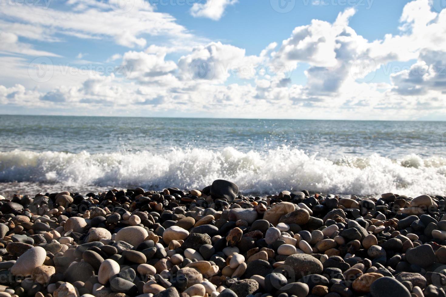 сlouds in blauwe lucht tegen de zee foto