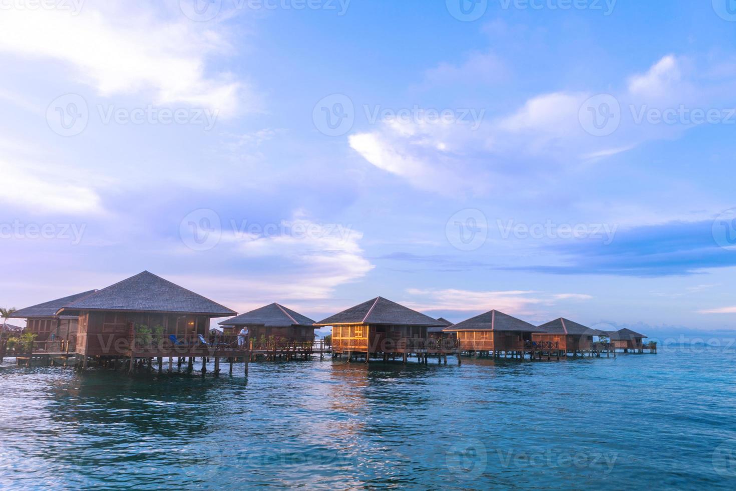 over water bungalow met bule sky foto