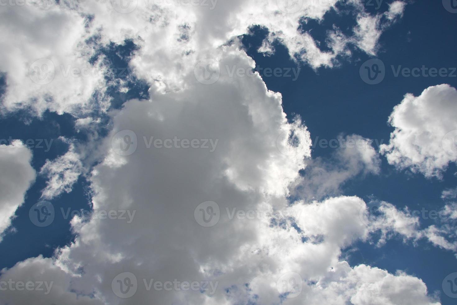 blauwe lucht en witte wolken foto