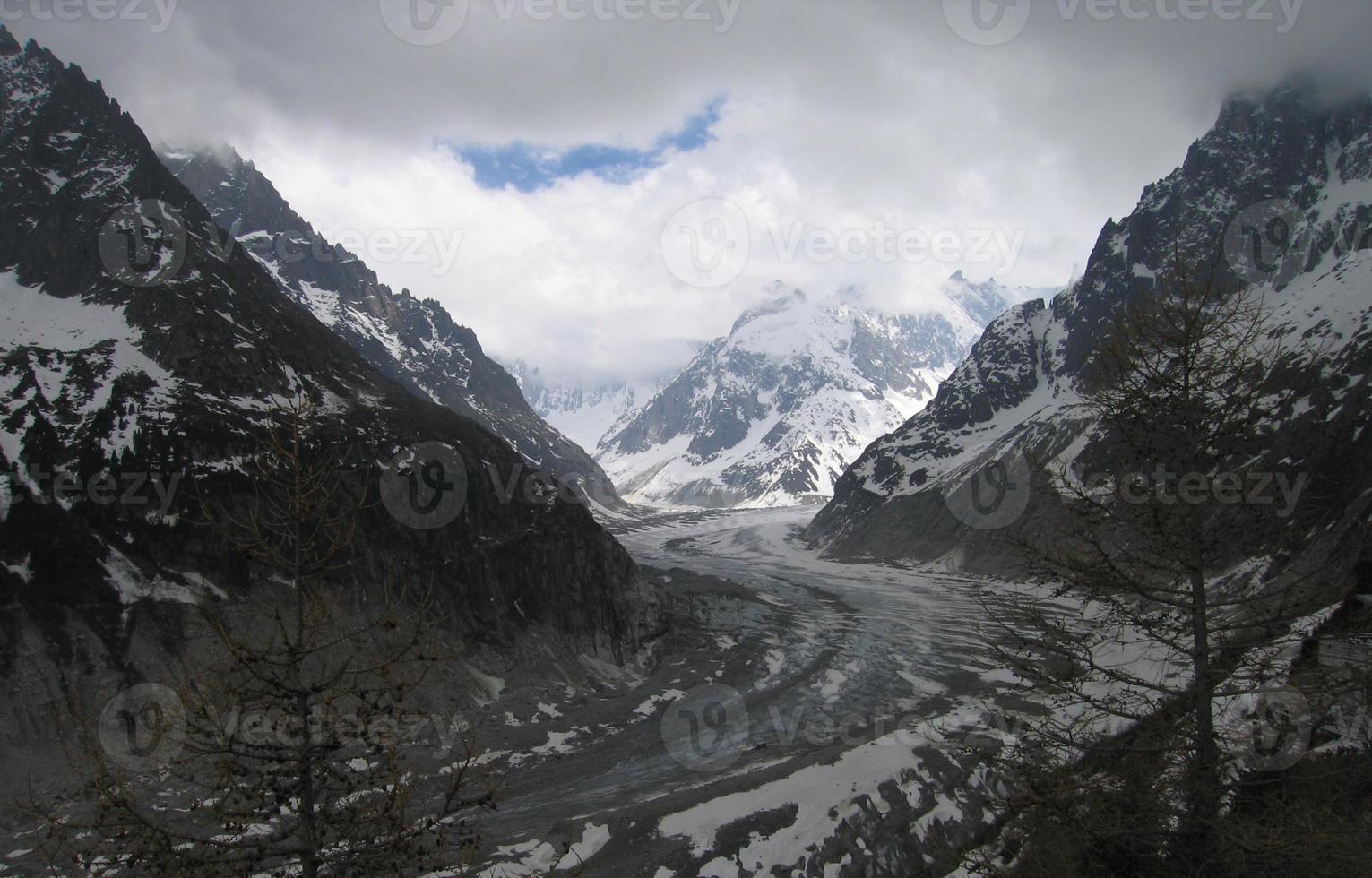 mer de glace gletsjer in frankrijk met humeurige hemel foto