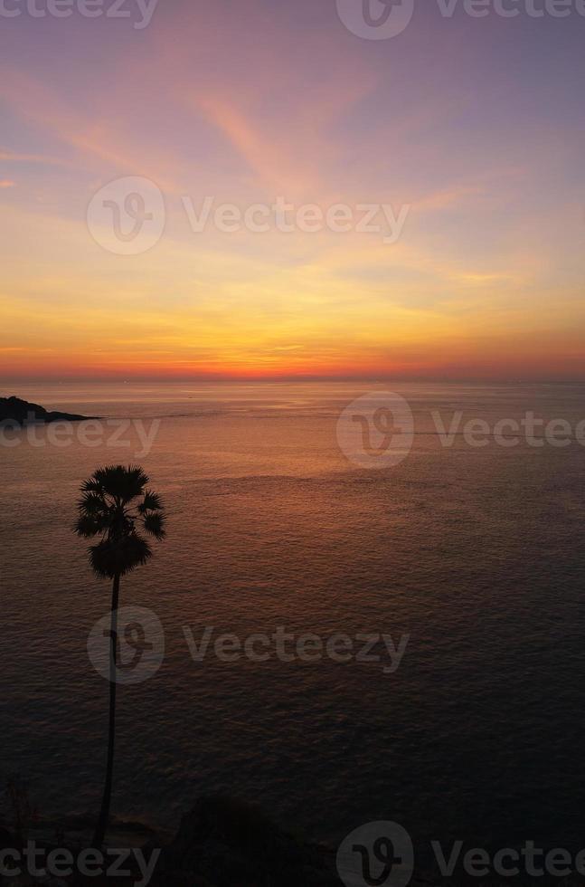 Azië zonsondergang op het strand vorm thailand. foto