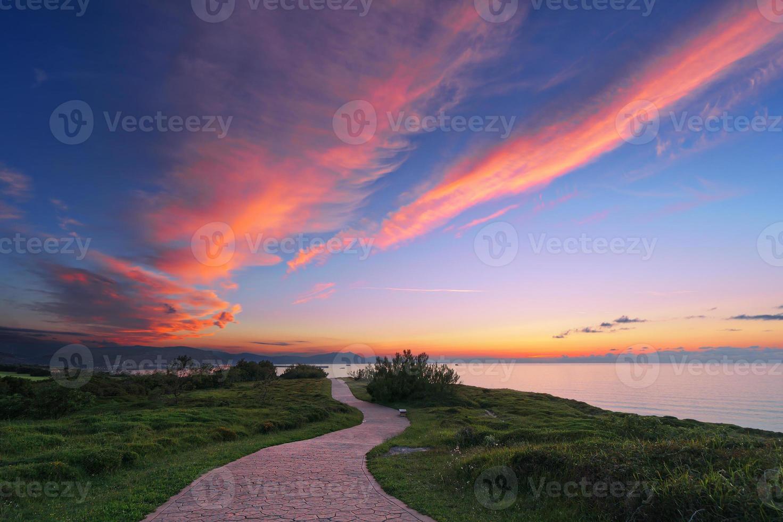 pad in de buurt van de zee foto