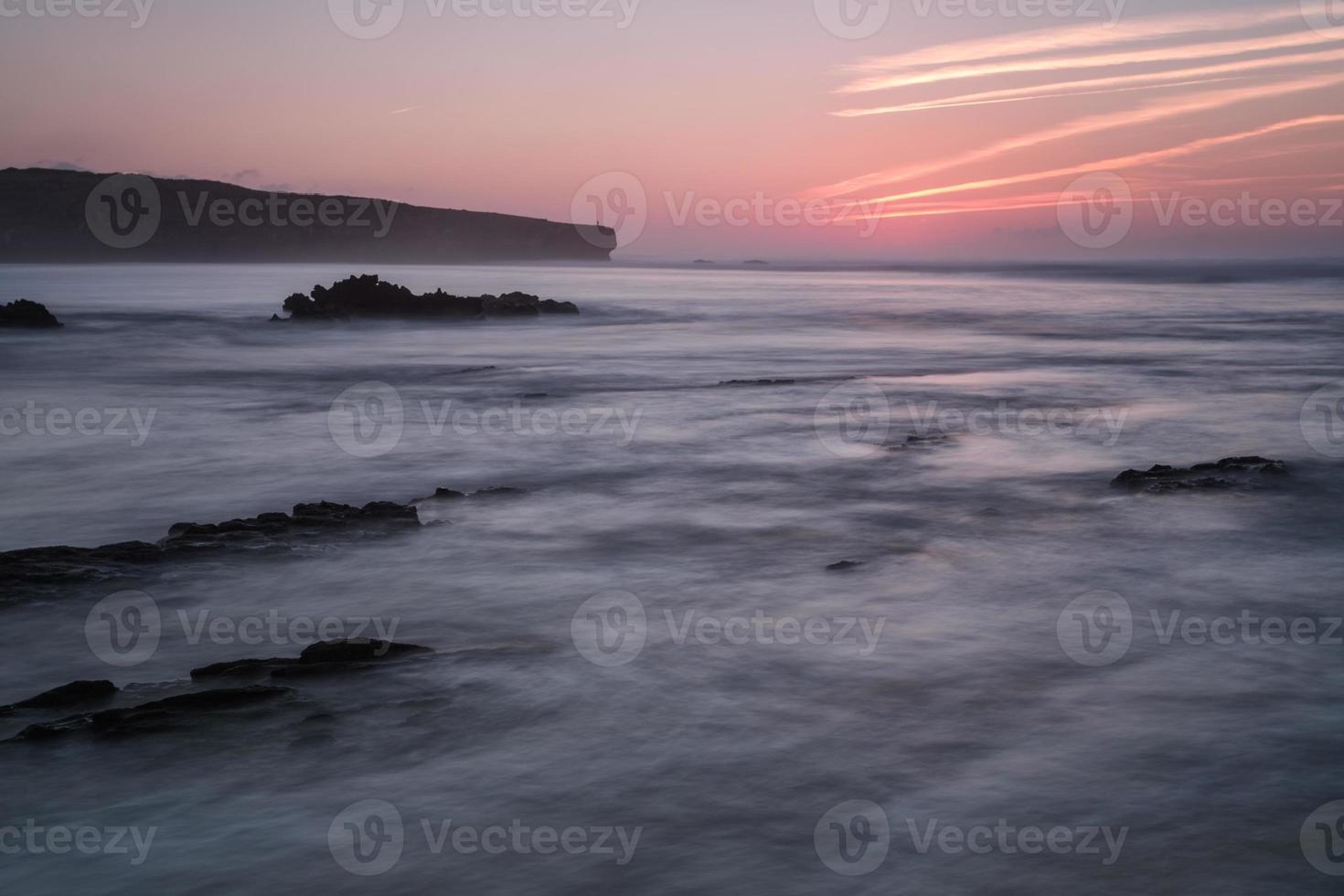 geweldig zeegezicht en rotsen in het water wazig. foto