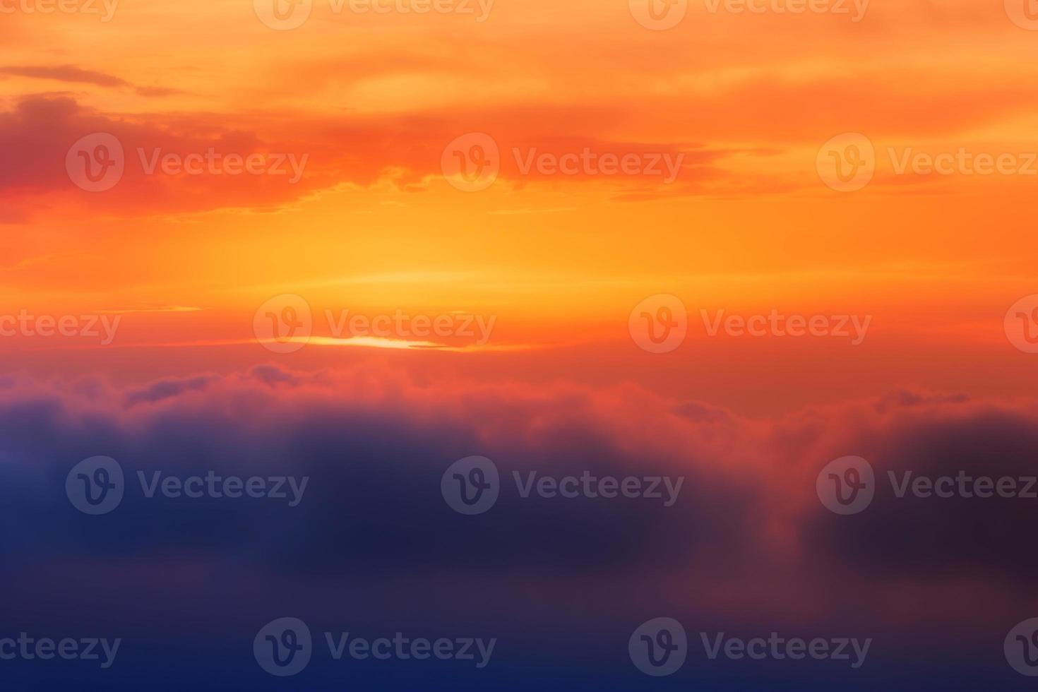 zonsondergang wolken boven zee foto