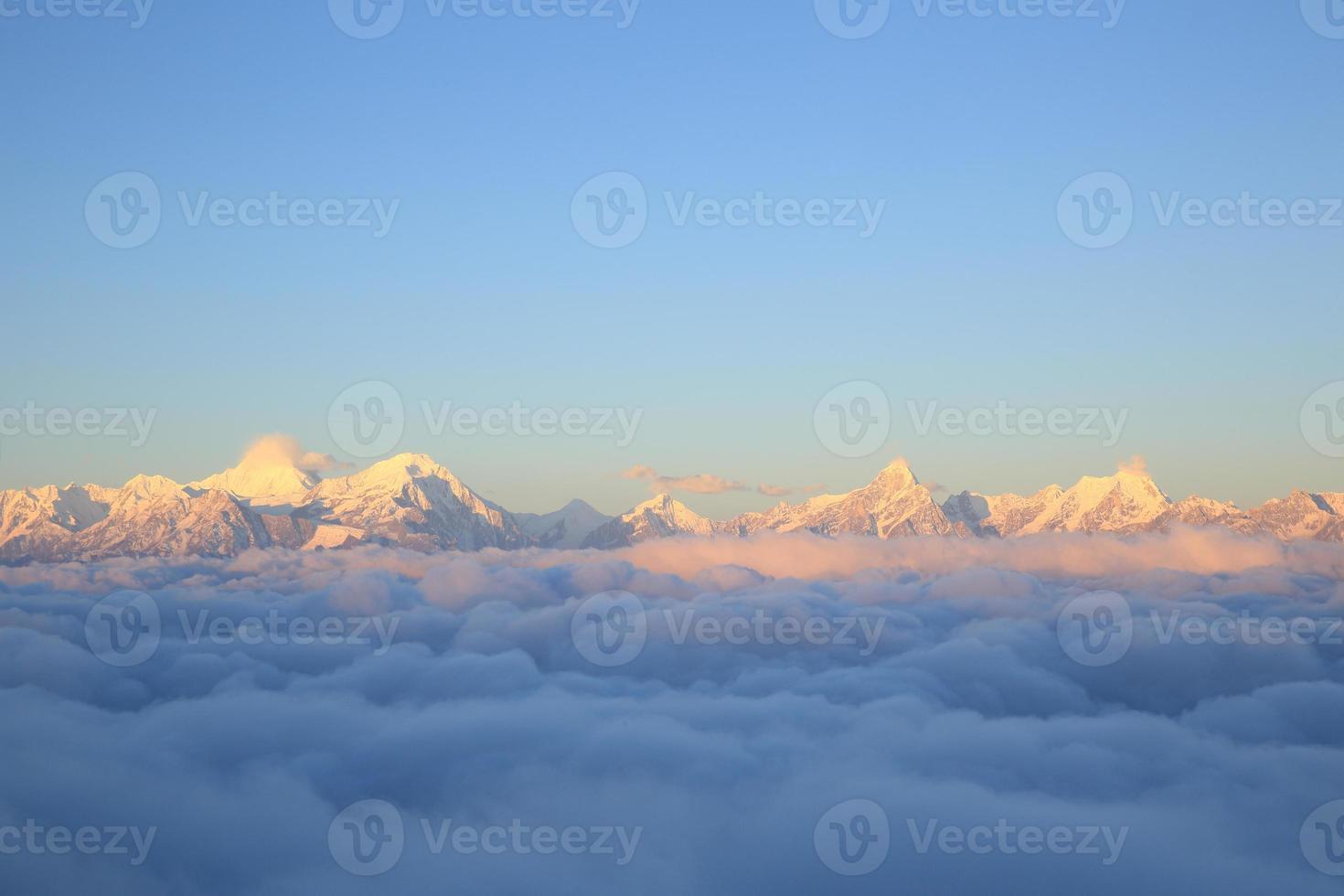 mooie rollende wolken en zonsopgang sneeuwberg foto
