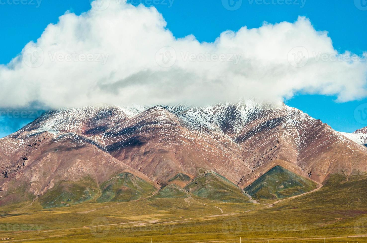 wolk bovenop de berg foto