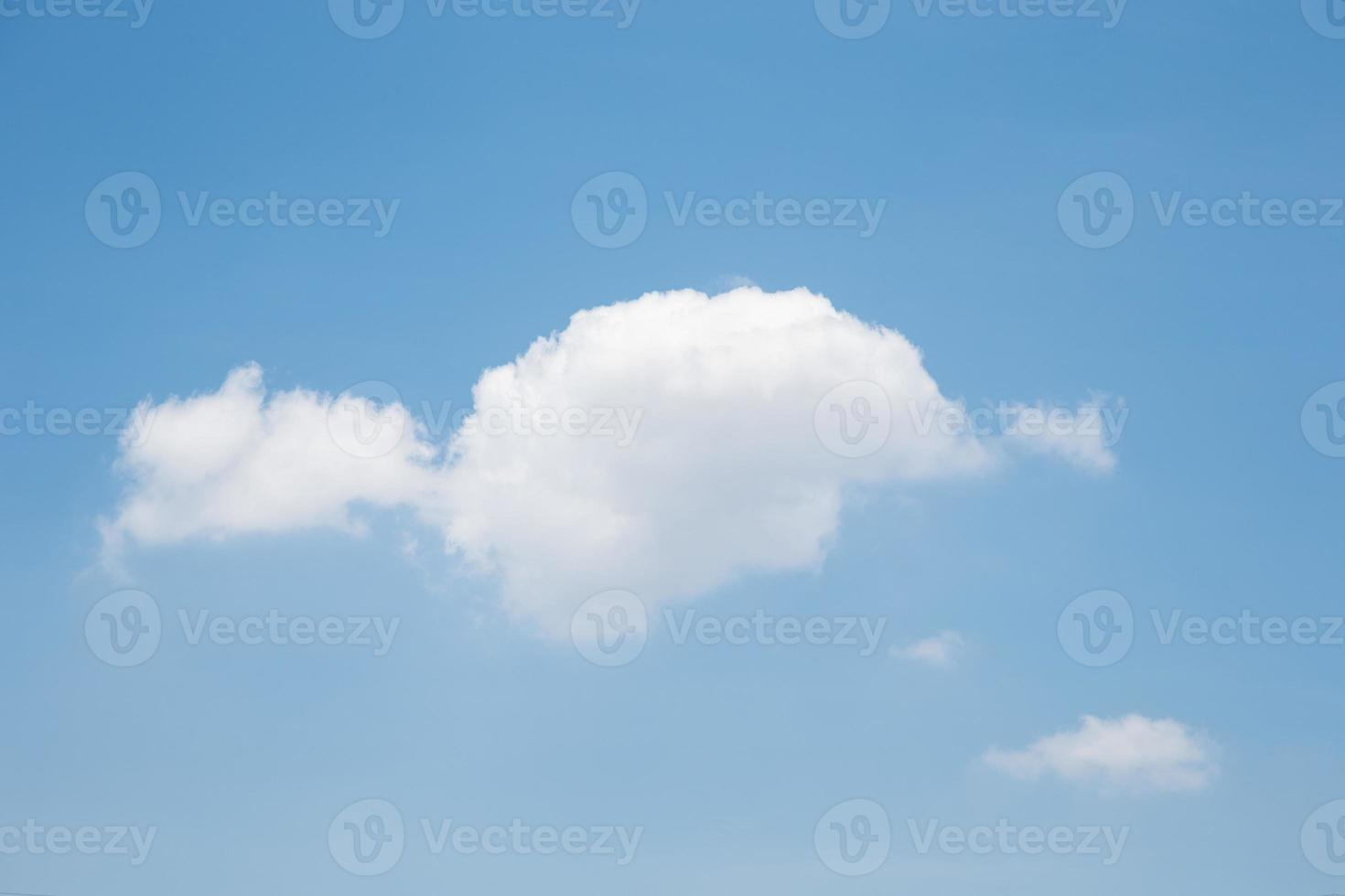 blauwe hemel witte wolk foto