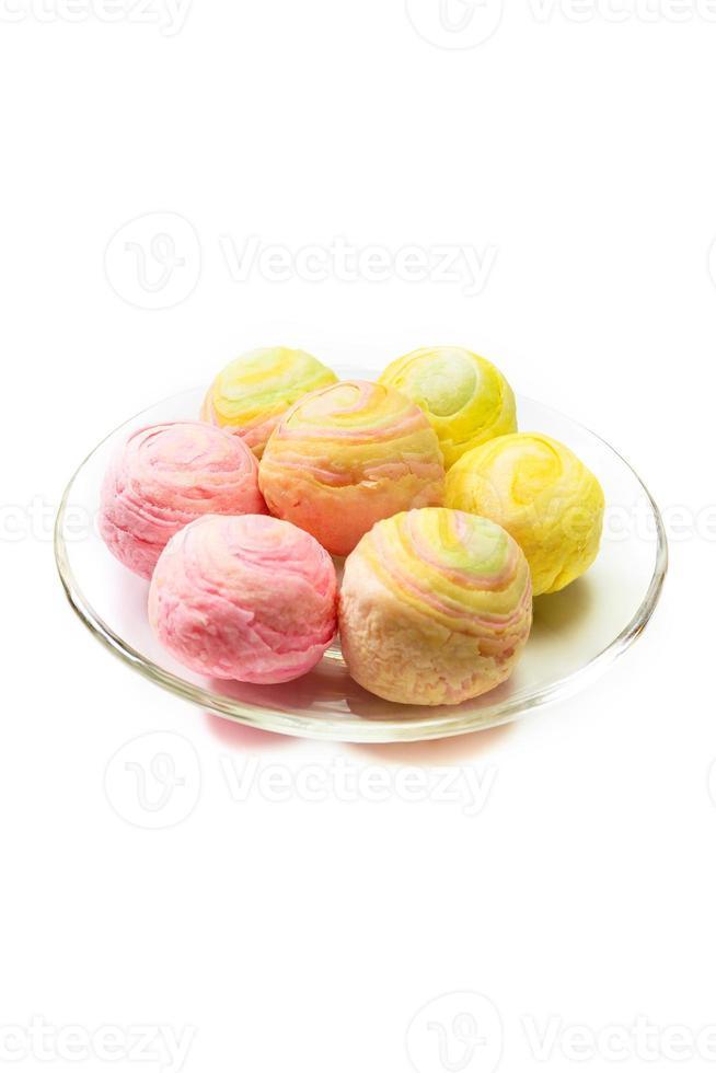 Chinees gebak in regenboogkleur op witte achtergrond foto