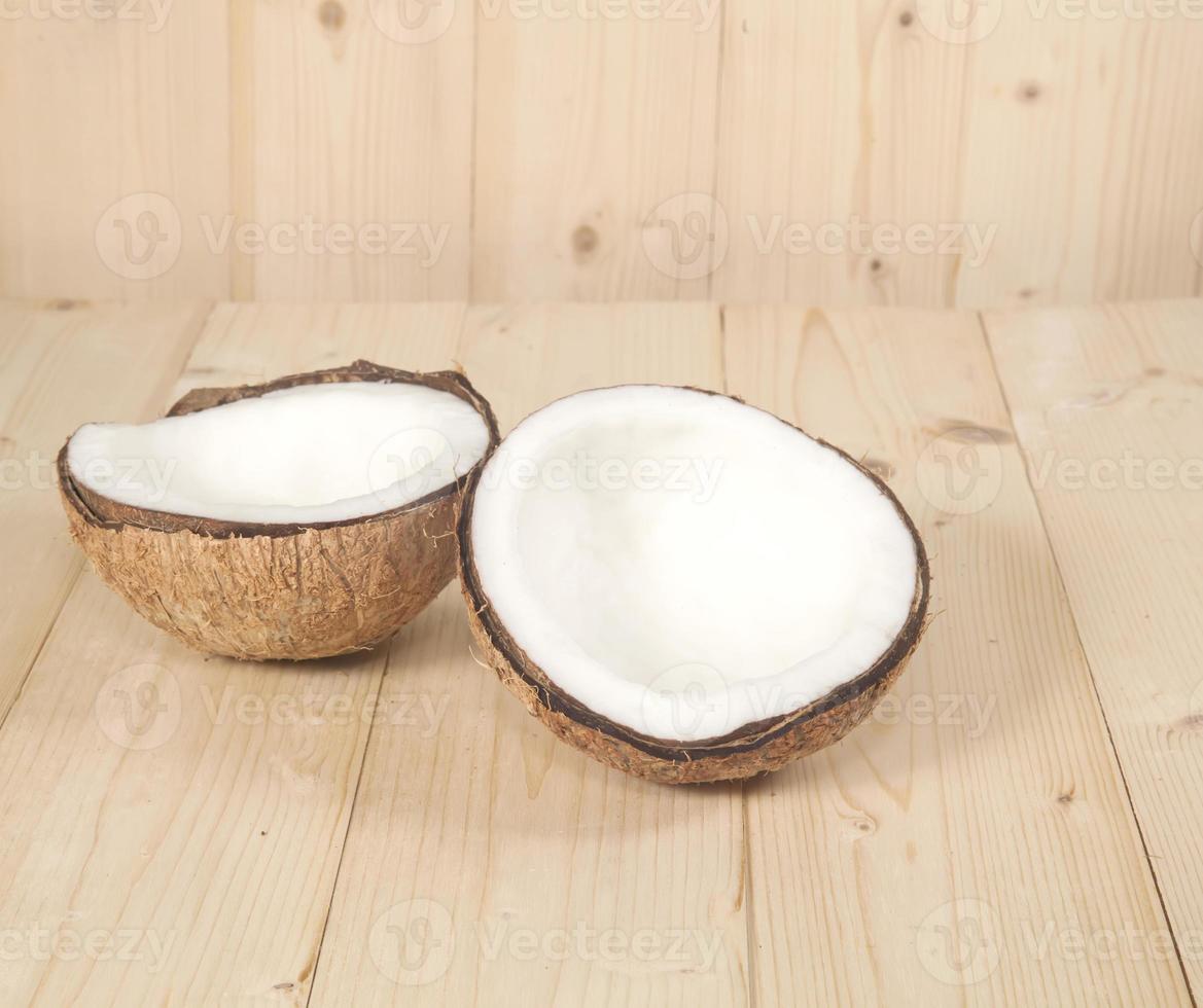 kokosnoot op tafel foto