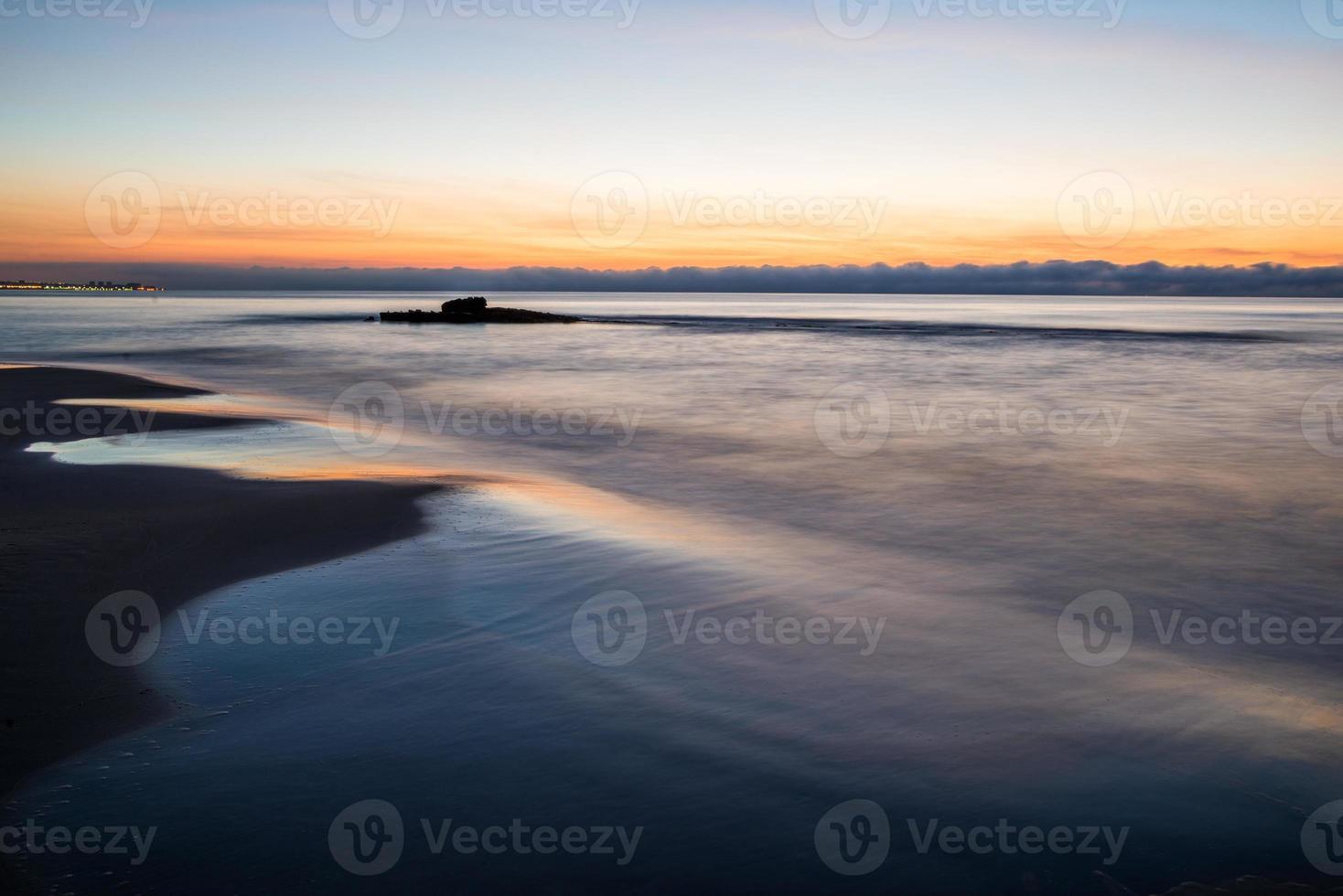 zee zonsondergang in torrevieja strand. Spanje. foto