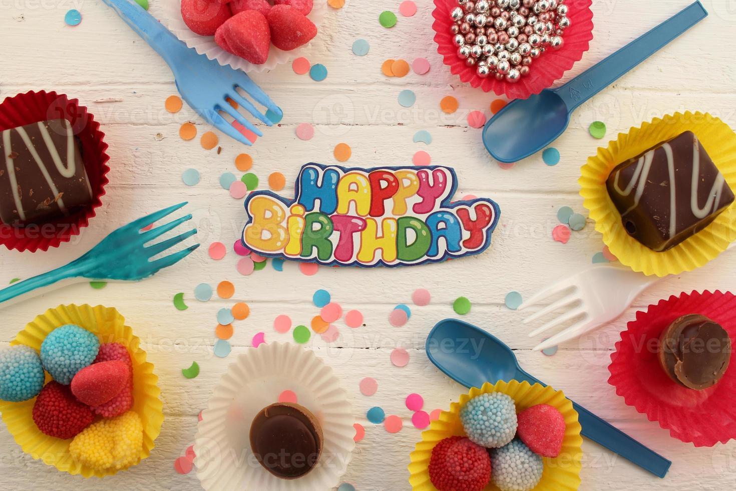 verjaardag cupcake en confetti achtergrond foto