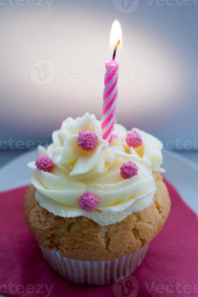 viering cupcake met decoratie in roos met een donkere achtergrond. foto