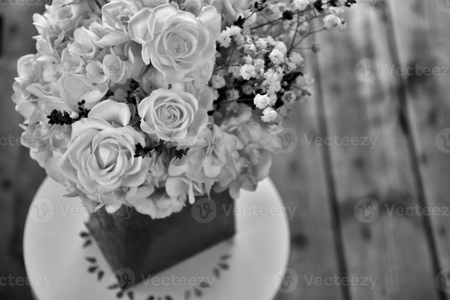 witte roos en hortensiaboeket - zwart-wit beeld foto